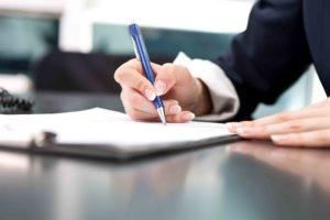 Frau unterschreibt Schenkungsvertrag