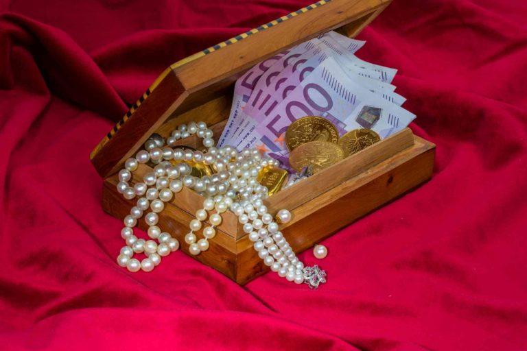 Schatzkiste mit Geld und Schmuck