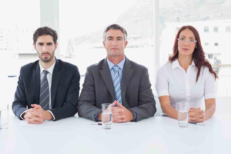Drei Menschen nebeneinander sitzend