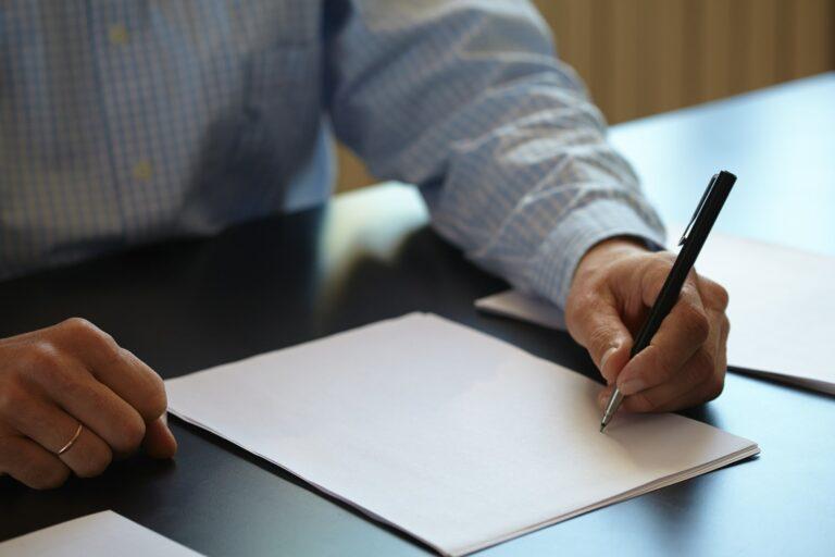 Mann mit Stift in der Hand