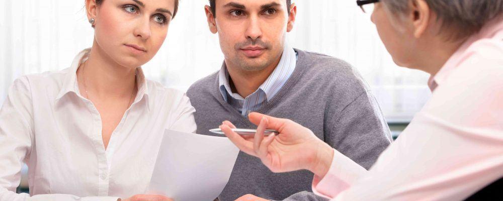Junges Paar lässt sich von Anwalt beraten