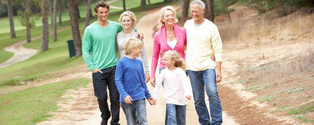 Familiengeneration spaziert durch den Park