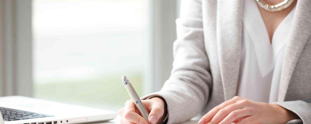 Frau unterzeichnet Erbteilungsvertrag