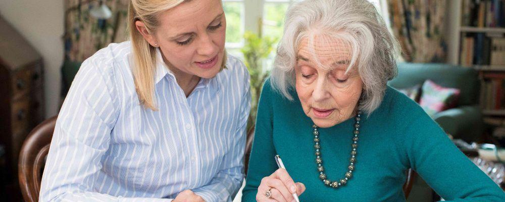 Mutter & erwachsene Tochter besprechen den Erbvorbezug Vertrag