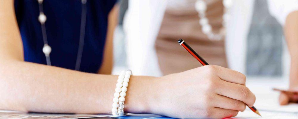 Mutter & erwachsene Tochter unterschreiben den Erbvorbezug Vertrag