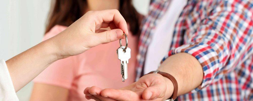 Einem Ehepaar wird der Schlüssel übergeben