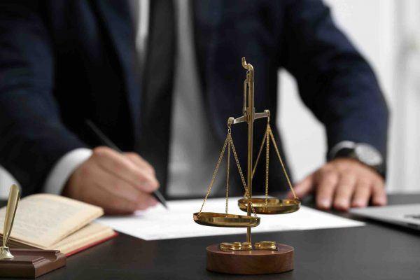 Anwalt sitzt am Tisch