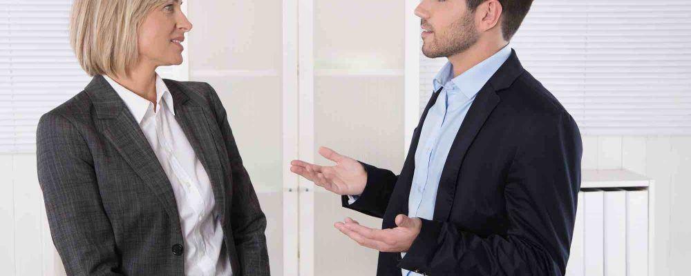 Frau und Mann sprechen mit einander