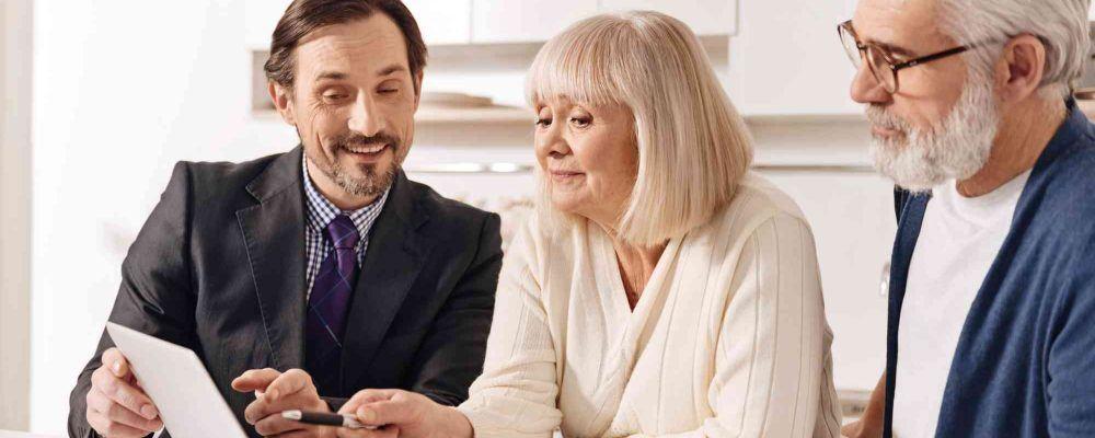 Älteres Paar lässt sich von Anwalt beraten