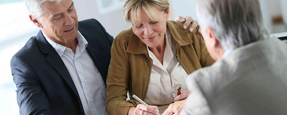 Ehefrau unterzeichnet in Gegenwart ihres Mannes den Vorsorgeauftrag