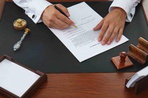 Mann schreibt ein Testament am Tisch