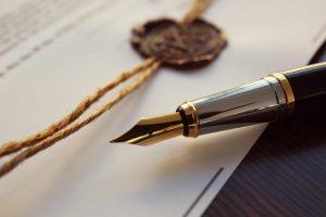 Stift liegt auf Papier