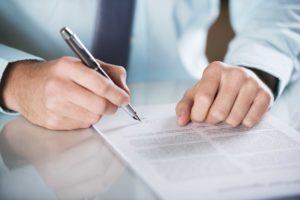 Mann unterschreibt Erbvertrag