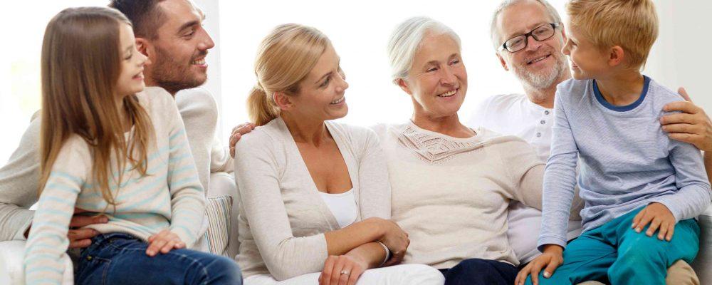 Familiengeneration sitzt auf der Couch