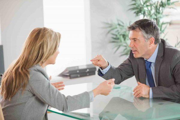 Mann streitet mit Frau