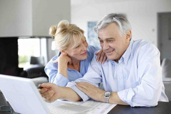 Älteres Ehepaar schaut in den Laptop