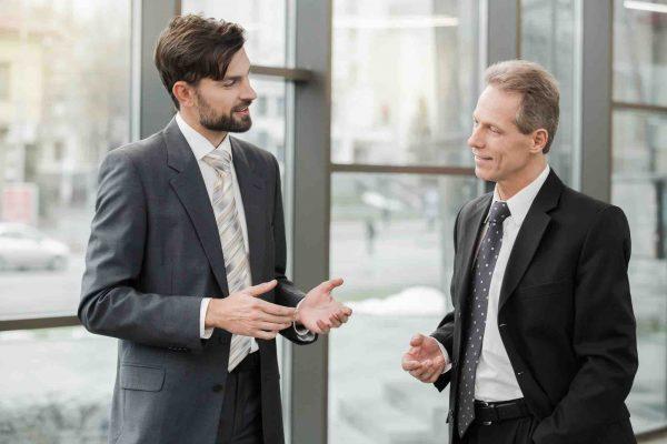 Mann im Anzug spricht mit Anwalt