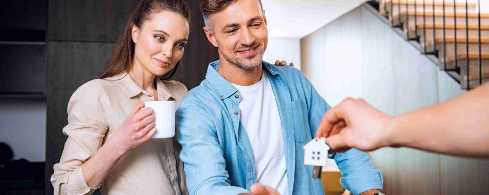 Ehepaar übernimmt den Schlüssel für das Haus