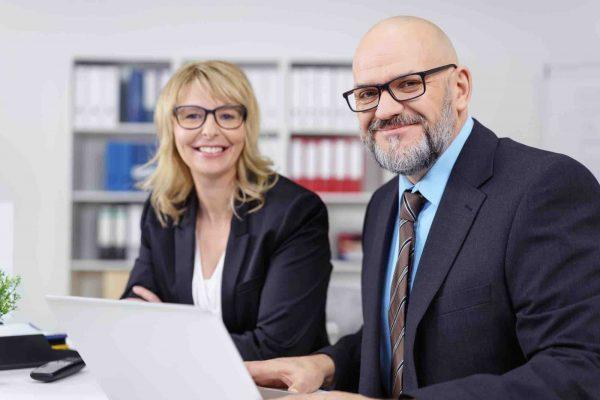 Anwälte sitzen vor dem Laptop