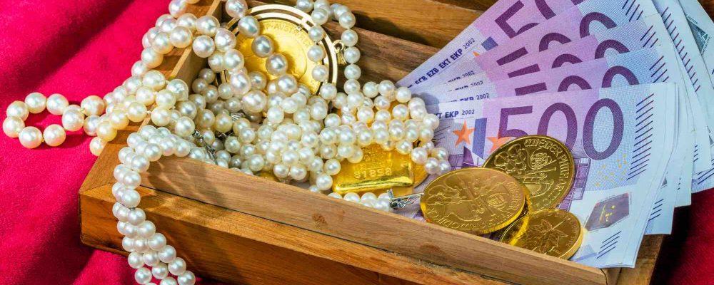 Geld und Schmuck liegt in einer Holzbox