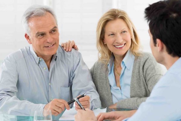 Älteres Ehepaar unterzeichnet Erbvertrag