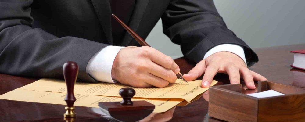 Anwalt unterzeichnet Vertrag